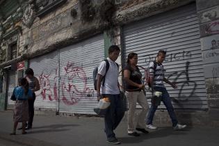 Luís, Gregorio y Glenda de la organización MOJOCA llevan café y panes para la refacción de los muchachos que participarán en las actividades de la mañana.