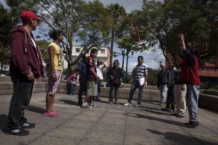 Actividad lúdica con el grupo del Parque Central. Las dinámicas sirven para despertar a los jóvenes, muchas veces, narcotizados por el solvente.