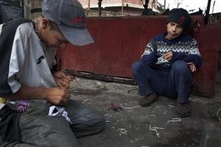 Julio Cesar, de 24 años, y José, de 23, sacan cobre de unos desechos eléctricos. Llevan 13 y 15 años, respectivamente, de vivir en la calle.