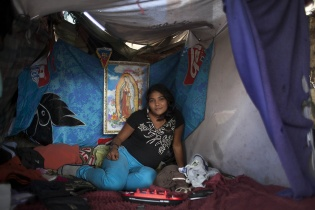 """Nancy, de 22 años de edad, vive en el """"Tanque"""" desde hace ocho años junto a su esposo."""
