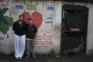 """Cristian, de 23 años de edad, y Jakelin, de 18,  viven juntos en el """"Tanque"""" desde hace 5 años. Tienen un bebé de 1 año, que vive con la mamá de ella, ya que el juzgado se los quitó."""