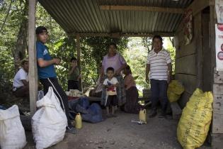 Una familia acusa a palmeros de desviar ríos, lo que dificulta el acceso al agua en Raxruhá.