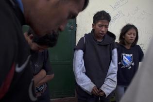 """Antes de iniciar la actividad con los operadores de MOJOCA, los jóvenes del """"Super 24"""" hacen una oración e invocan la protección de Dios."""
