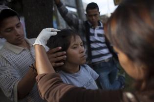 Claudia, de 20 años de edad, lleva 9 viviendo en la calle. Los operadores de MOJOCA controlan que en su pelo no haya piojos.