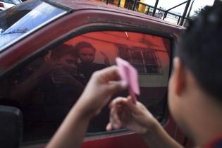 La ventana de un pick up es utilizada como espejo.
