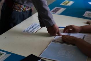 Un hombre Maya Ixil de Chajul, El Quiché, sella su huella digital durante la segunda vuelta de las elecciones presidenciales.