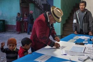 Juan Lopez Rodriguez, de Nebaj, El Quiché, vota durante la segunda vuelta de las elecciones presidenciales del 2015.