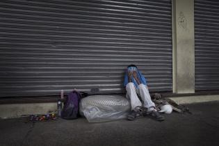 Un menor de edad perteneciente al grupo que vive cerca del mercado de la Terminal cubre su rostro ante la presencia de la cámara..
