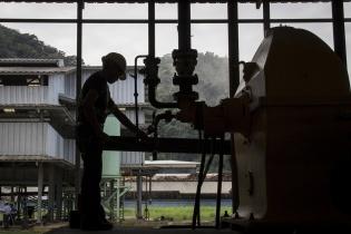 Un trabajador hace ajustes a la maquinaria de la planta procesadora de aceites de NaturAceites en Fray Bartolomé de las Casas.