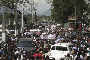 Seguidores del partido oficial abarrotaron los alrededores del estadio Armando Barillas, lugar donde se realizó el evento.