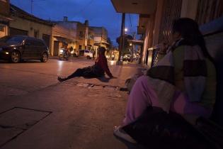 Al atardecer, algunos jóvenes de la zona 1 se reúnen en la calle frente al hospital San Juan de Dios para pasar la noche juntos.