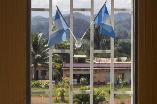 La municipalidad de Fray Bartolomé de las Casas cuenta con palma africana en su patio. Las plantas son visibles desde la ventana de la oficina del alcalde.