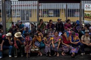 El 17 de junio, cientos de pobladores de San Juan Sacatepéquez se manifestaron en contra de la construcción de la carretera.