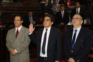Rodas Andrade (centro) en el momento de ser juramentado en el pleno del Congreso.