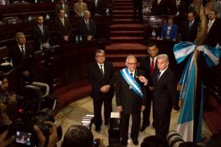 El presidente el Organismo Legislativo, Luis Rabbé, le coloca la banda presidencial al presidente Alejandro Maldonado Aguirre.