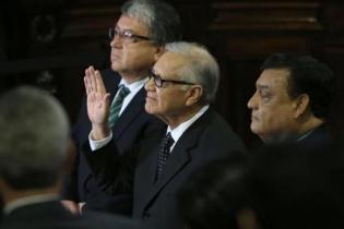 Momento en que Alejandro Maldonado Aguirre es juramentado como el nuevo Presidente de Guatemala.