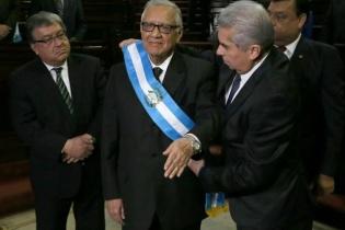 El presidente del Congreso de la República coloca la banda presidencial a Alejandro Maldonado Aguirre.