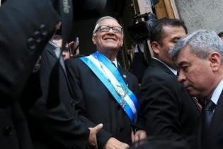 El nuevo presidente de Guatemala, Alejandro Maldonado Aguirre, luego de su investidura en el Palacio Legislativo.