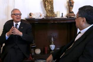 Alejandro Maldonado Aguirre durante su visita al monseñor Oscar Julio Vian.