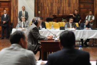 Alfred kaltschmitt, uno de los testigos propuestos por la defensa del general retirado Efraín Ríos Montt declara ante el tribunal.