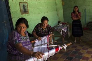 Cristina Boj y Gloria Estela García, se preparan para tejer a mano con el típico telar de cintura