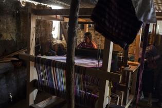 Francisca Chocoyo Choc,  teje al telar de pedal en su casa.