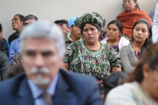 Ixiles asisten a la audiencia contra Efraín Ríos Montt.