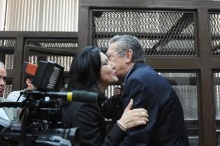 Zury Ríos, hija del general retirado, lo saluda antes de que inicie la audiencia.