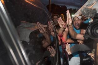 """""""Ladrona"""", """"Corrupta"""", le gritaban varias personas a Baldetti cuando ingresaba el automóvil que la conducía al Cuartel Matamoros."""
