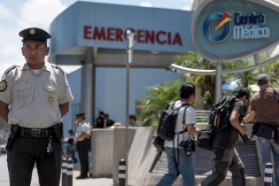 Agentes de la Policía Nacional Civil custodian el Centro Médico donde permaneció internada Roxana Baldetti.