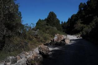 Las piedras que los pobladores de Santa Eulalia colocaron para cerrar el paso aún permanecen en la carretera.