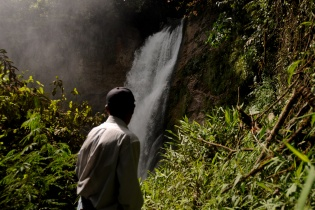 En medio del bosque, una de las cataratas del río que pasa por los terrenos de la hidroeléctrica.