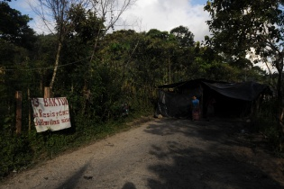 """""""La resistencia de Barillas sigue"""", dice la manta colocada en la entrada del lugar donde pobladores permanecen para impedir el paso a la empresa hidroeléctrica. Le llamaron Nuevo Amanecer."""