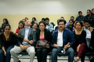 Familiares y amigos de los acusados celebran la resolución del Tribunal.