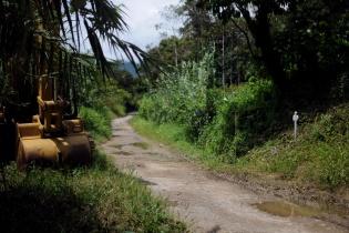Uno de los tractores de la empresa permanece frente a la cruz colocada en memoria de Andrés Francisco Miguel, asesinado el 1 de mayo de 2012 en ese sitio.