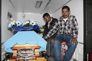 Familiares acompañan los restos de Miguel Soria, soldado fallecido durante los enfrentamientos entre policías y pobladores de Barillas.