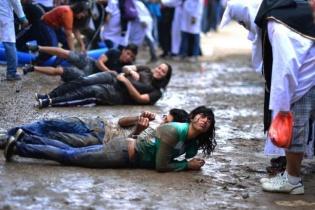 """Estudiantes de primer ingreso a la Universidad de San Carlos de Guatemala (USAC) durante el tradicional """"bautizo"""" de bienvenida. Actualmente, la actividad está prohibida por las autoridades sancarlistas."""