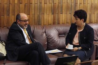 Moisés Galindo y Thelma Aldana, conversaron mientras esperaban cada cual su turno para comparecer ante la Comisión.