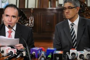 El secretario general, y secretario adjunto de la Corte de Constitucionalidad, durante la lectura de la resolución que anuló la sentencia condenatoria de 80 años de prisión contra Efraín Ríos Montt, y absolución de José Rodríguez Sánchez.