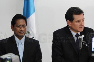 Carlos Castresana da declaraciones a los medios de comunicación sobre la captura de Alfonso Portillo.