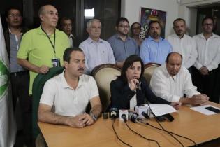 Sandra Torres y los miembros del partido de la Unidad Nacional de la Esperanza (UNE), durante la conferencia de prensa donde reconoció el triunfo de su contrincante político, Jimmy Morales.