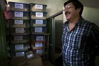 Archivos en un cuarto del despacho del alcalde Hugo Loy Solares contienen las papeletas de la Consulta Comunitaria de Mataquescuintla. La consulta fue declarada inconstitucional después del amparo presentado por la empresa minera.