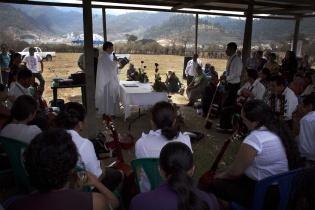El sacerdote Néstor Melgar celebra misa frente a las instalaciones de la empresa. Los vecinos ahí presentes se oponen al proyecto minero.