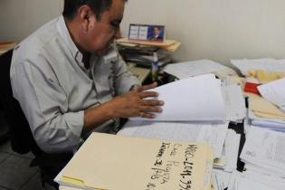 El fiscal de distrito adjunto de Santa Lucía Cotzumalguapa, Julio Celada, junto los expedientes de las investigaciones que realiza la fiscalía por los crímenes ocurridos en San Miguel Pochuta. Entre ellos el de Joaquina Alemán. Los casos no se han resuelto.