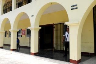 Hombres armados vigilan el edificio municipal de San Miguel Pochuta. El alcalde Benjamín Vásquez Reyes indicó que es para resguardar el inmueble luego de haber sido incendiado en los disturbios de las elecciones pasadas.