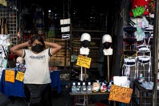Maribel Díaz, 39, originaria de El Paraíso 2, zona 18, en su puesto de venta de mascarillas y gel antibacterial, en la 18 calle de la zona 1. Antes del Coronavirus, de dedicaba a vender ropa, actividad que mantuvo desde cuando era niña. Simone Dalmasso