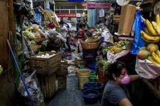 Vendedoras del Mercado Central de la zona 1 desarman sus puestos de venta al finalizar el día de trabajo, el jueves 19. Simone Dalmasso