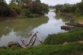 Cientos de pescadores han tenido que parar su actividad, pese a que dependen de la pesca para su economía y su dieta diaria.