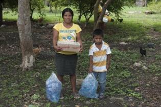 Dos bolsas con agua y una caja con Incaparina recibieron las familias de las comunidades por parte del Estado para sobrellevar la crisis causada por la prohibición de usar el río.