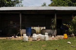 El agua es un problema aún más apremiante que la falta de un alimento básico las comunidades. Una familia de la aldea Canaán trata de juntar agua de lluvia para beber, bañarse y lavar.